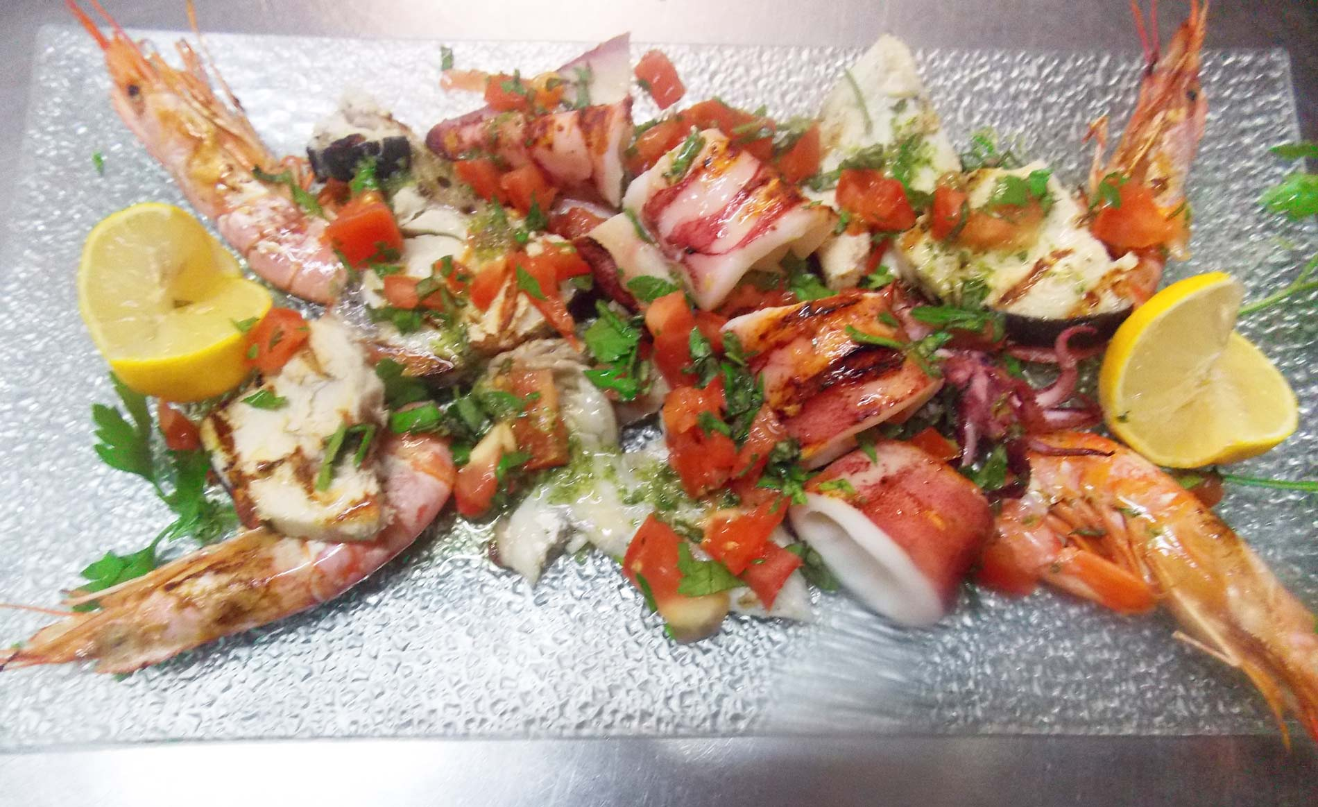 ristorante-pizzeria-La-Perla-Rosa-Sassari-gamberi-e-calamari-arrosto.jpg-2