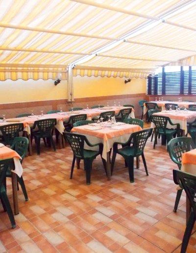 ristorante-pizzeria-La-Perla-Rosa-Sassari-sala-interna.jpg-veranda-all'aperto