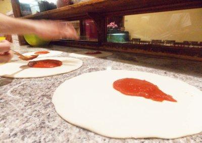 pizzerie sassari - LA PERLA ROSA - preparazione pizza